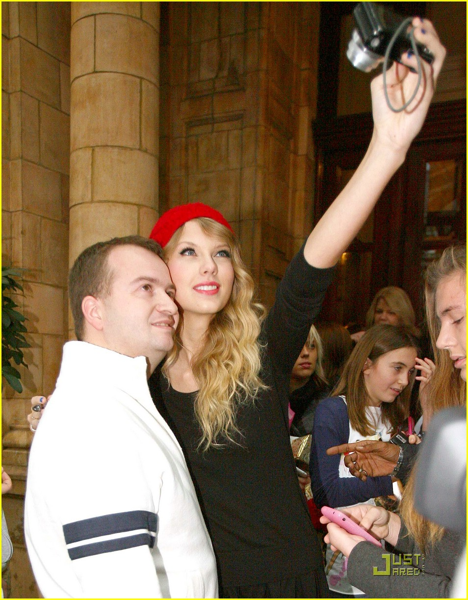 taylor swift red beanie 05