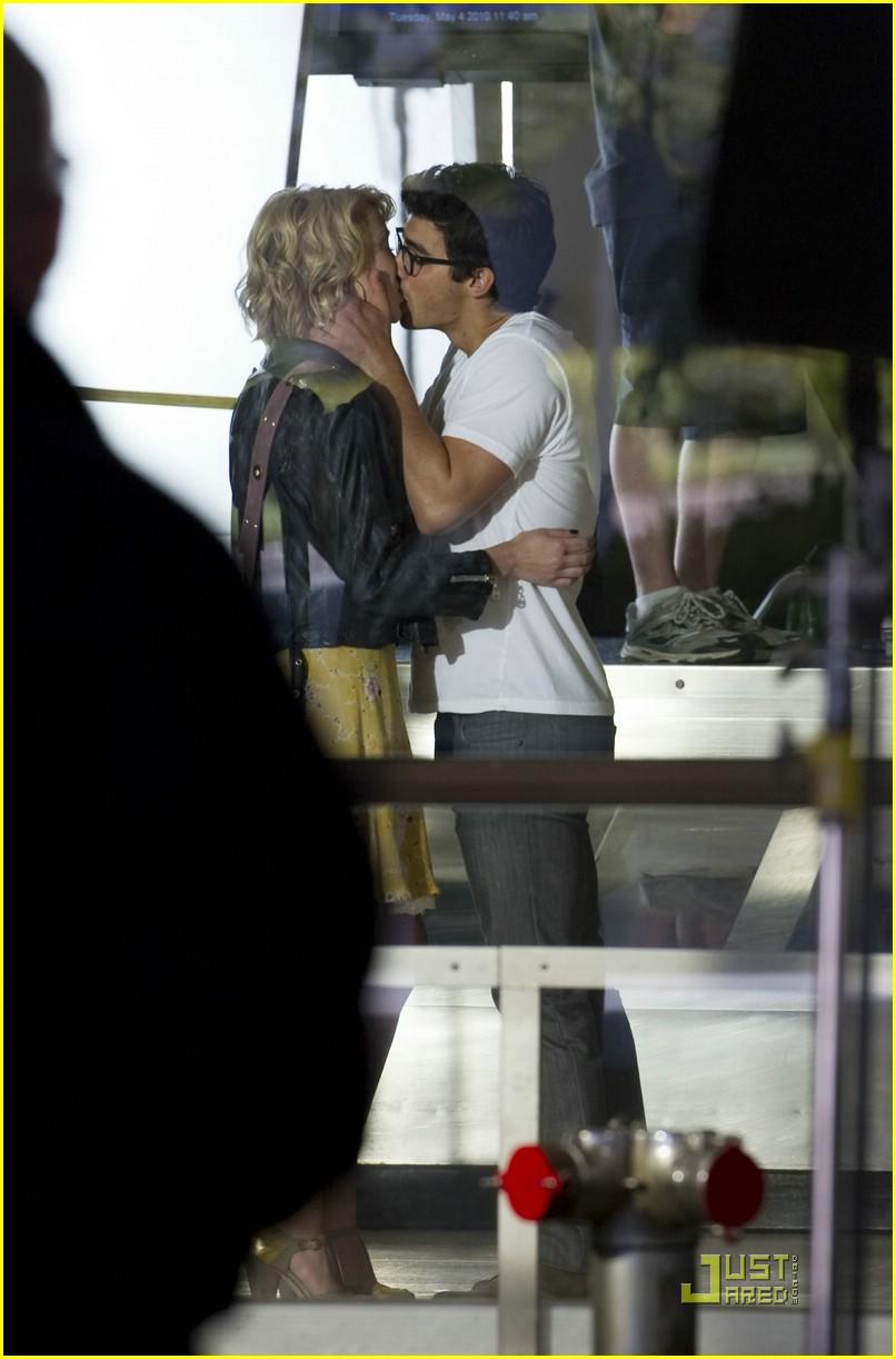 joe jonas chelsea staub kiss 01