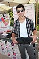 joe jonas frankie gifting 04