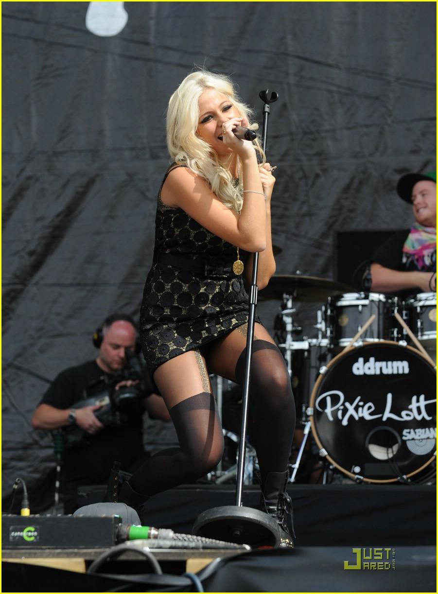 pixie lott easy v festival 22