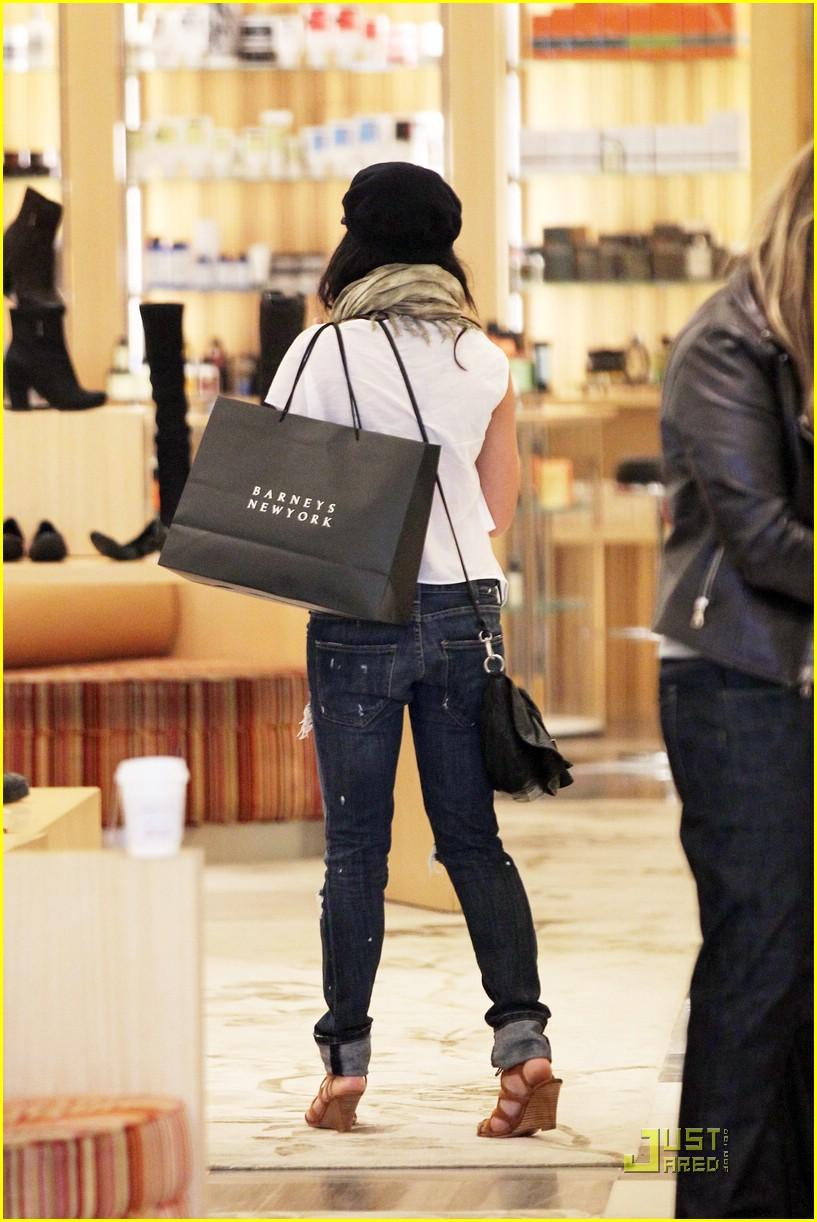 vanessa hudgens shoe shopper 04