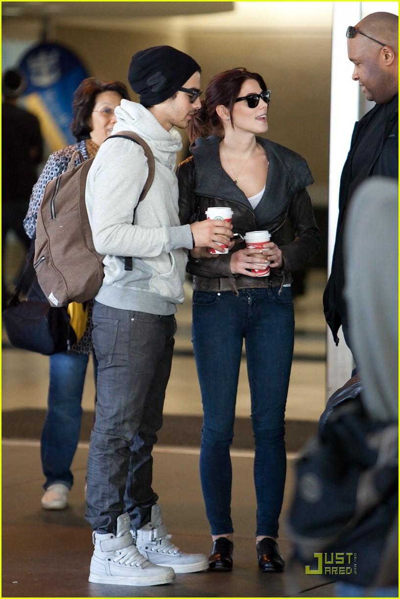Ashley Greene Joe Jonas Laughing At Lax Photo 394775 Ashley