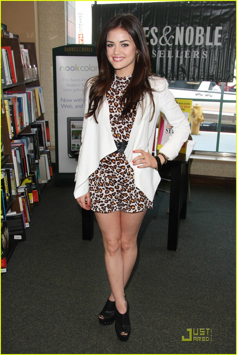 lucy hale seventeen signing 01