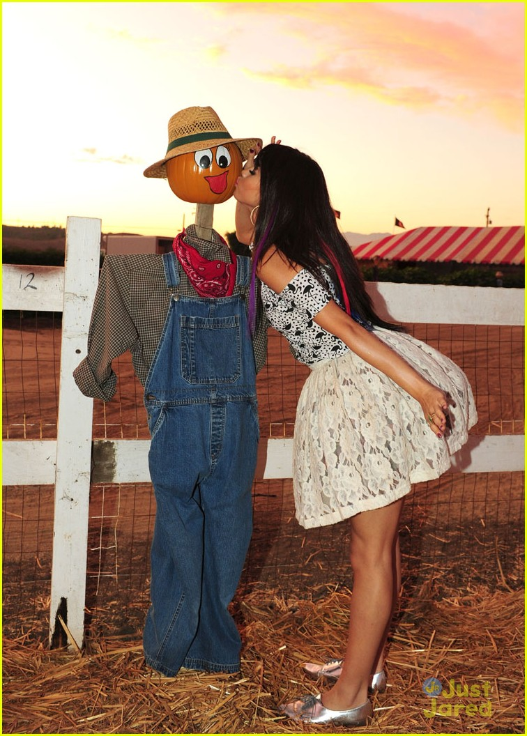 selena gomez pumpkin patch 04