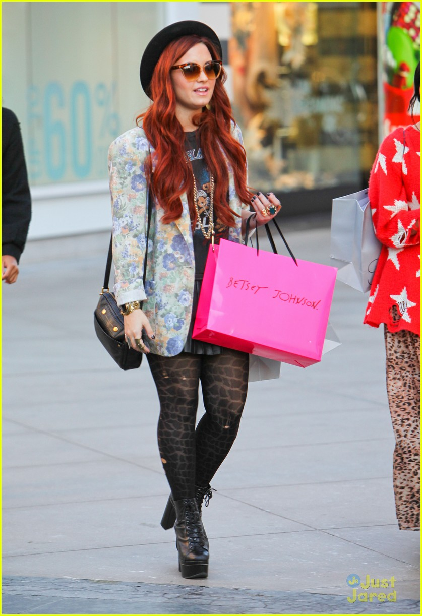 demi lovato holiday shopping 01