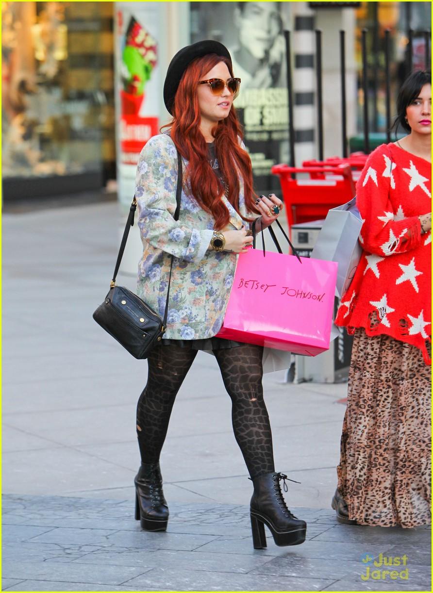 demi lovato holiday shopping 04