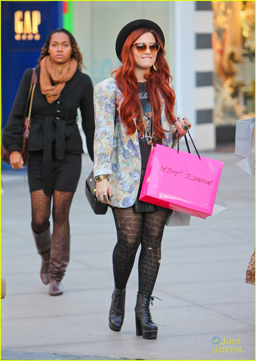 demi lovato holiday shopping 08