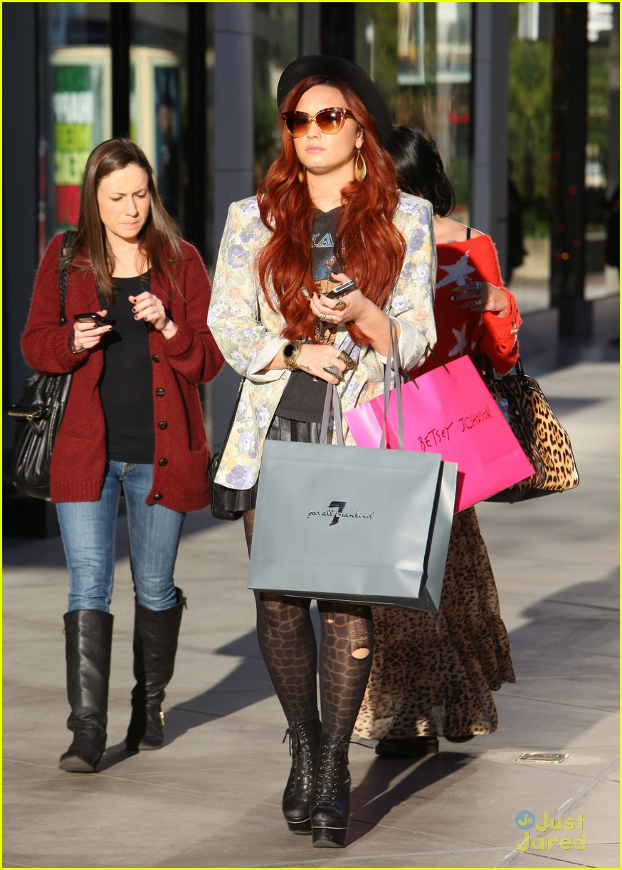 demi lovato holiday shopping 09