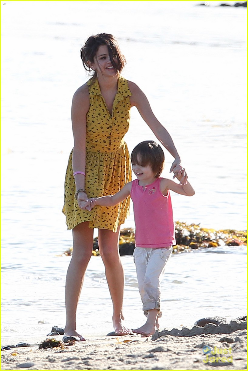 Selena Gomez Beach Time With Justin Bieber S Family Photo 460356