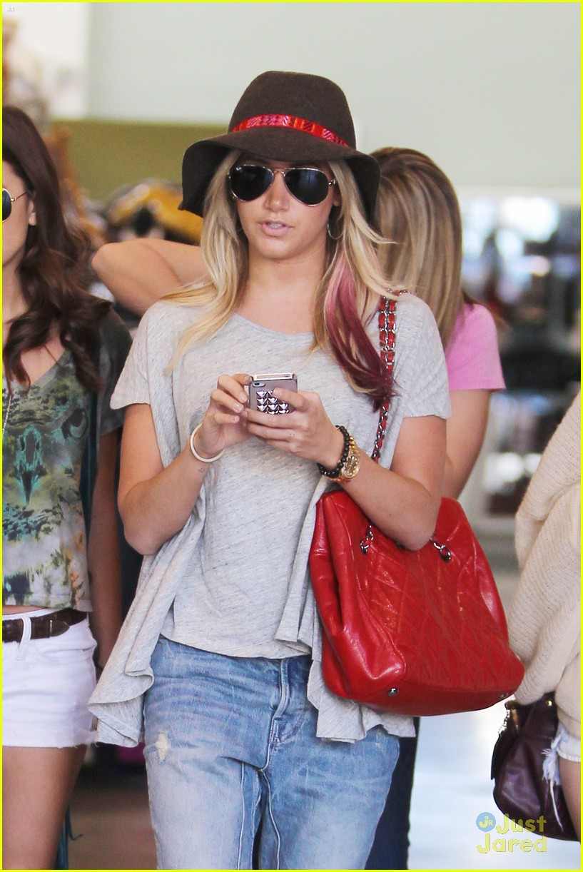 ashley tisdale sm shopping 02
