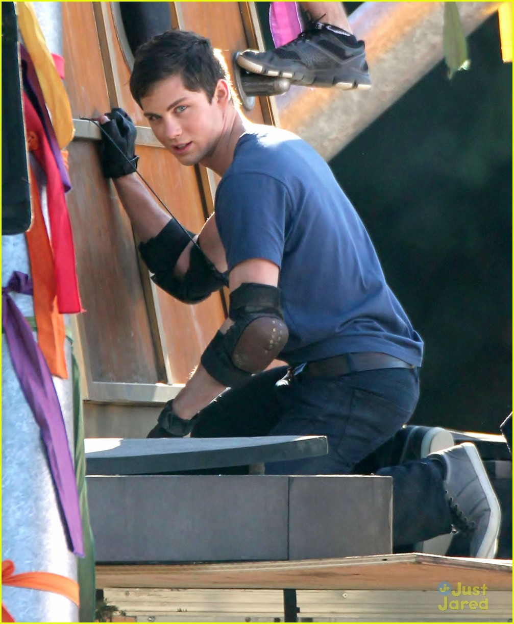 logan lerman leven rambin camp training 07