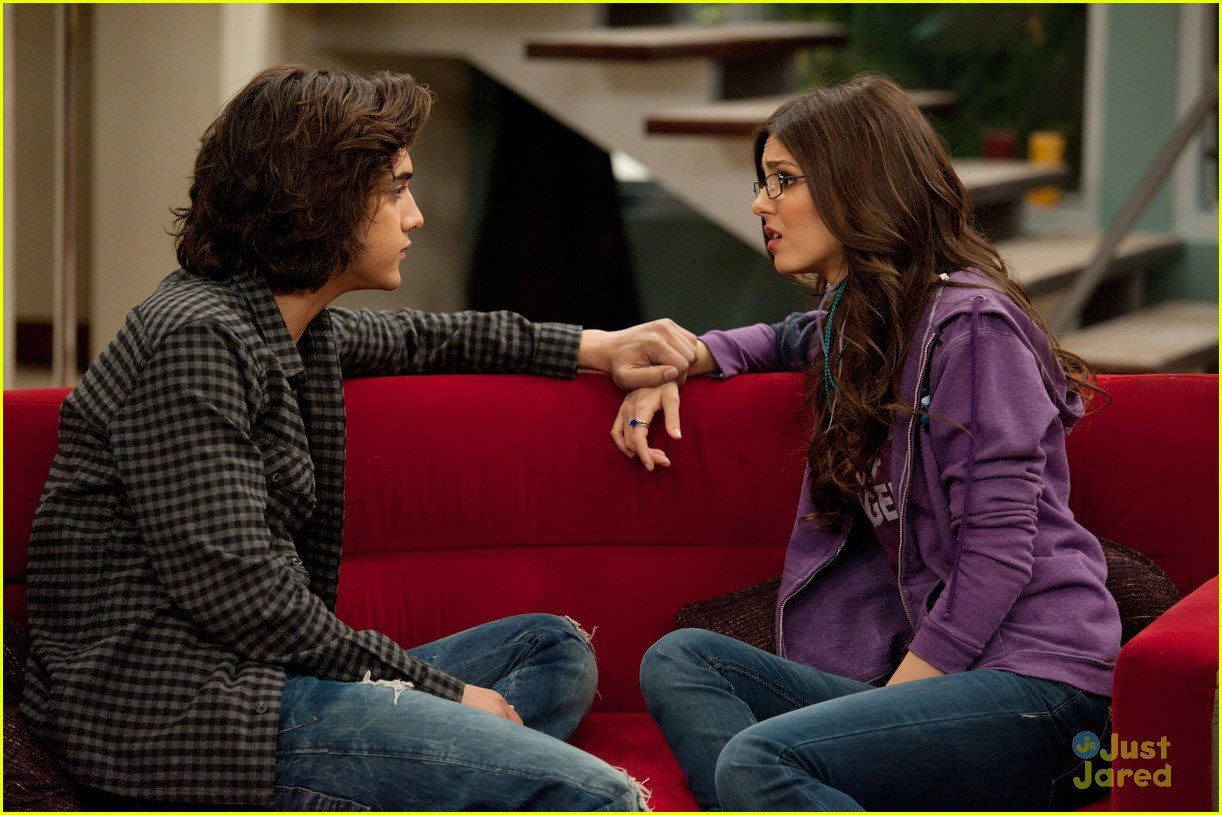 victorious beck and tori kiss