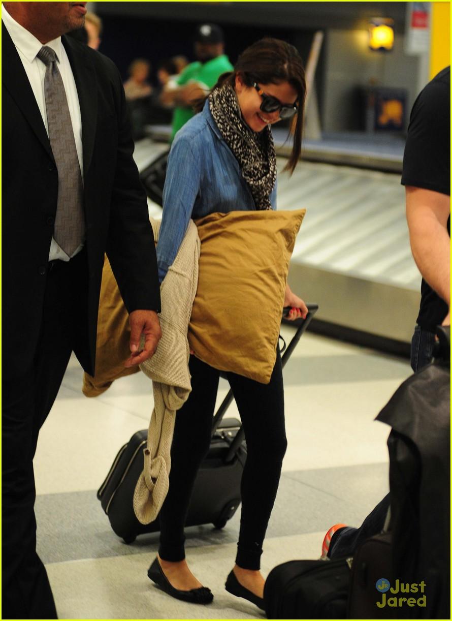selena gomez airport arrival 04