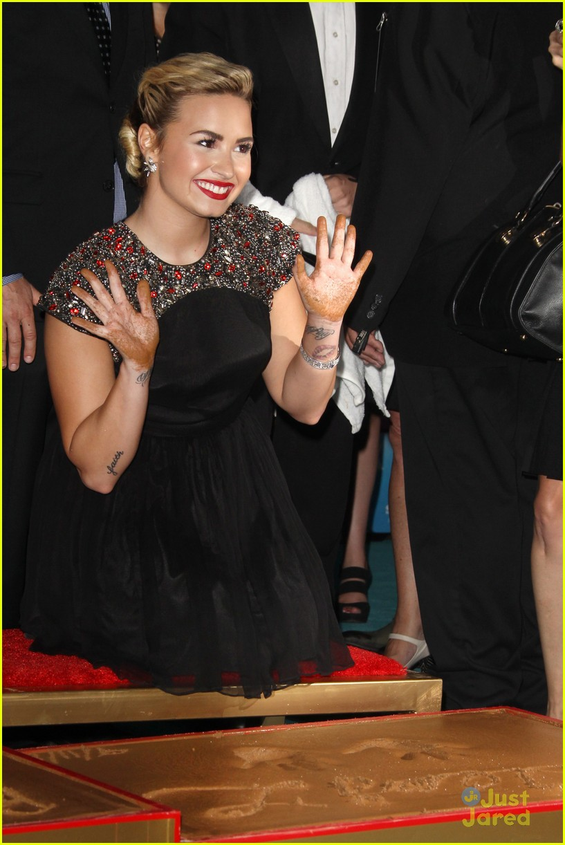 demi lovato handprint ceremony 06