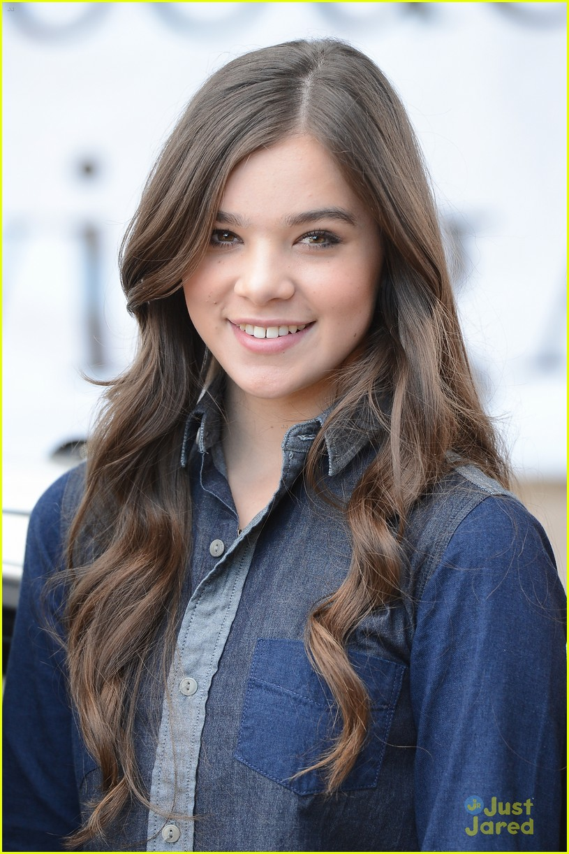 hailee steinfeld teen text safety 01