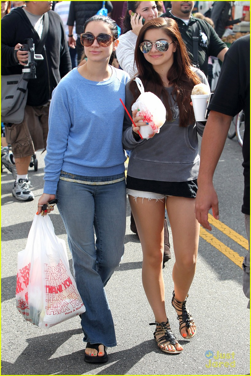 ariel winter farmers market 04