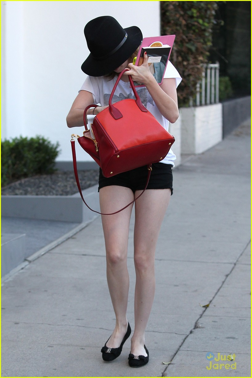 emma roberts digs red purse 03
