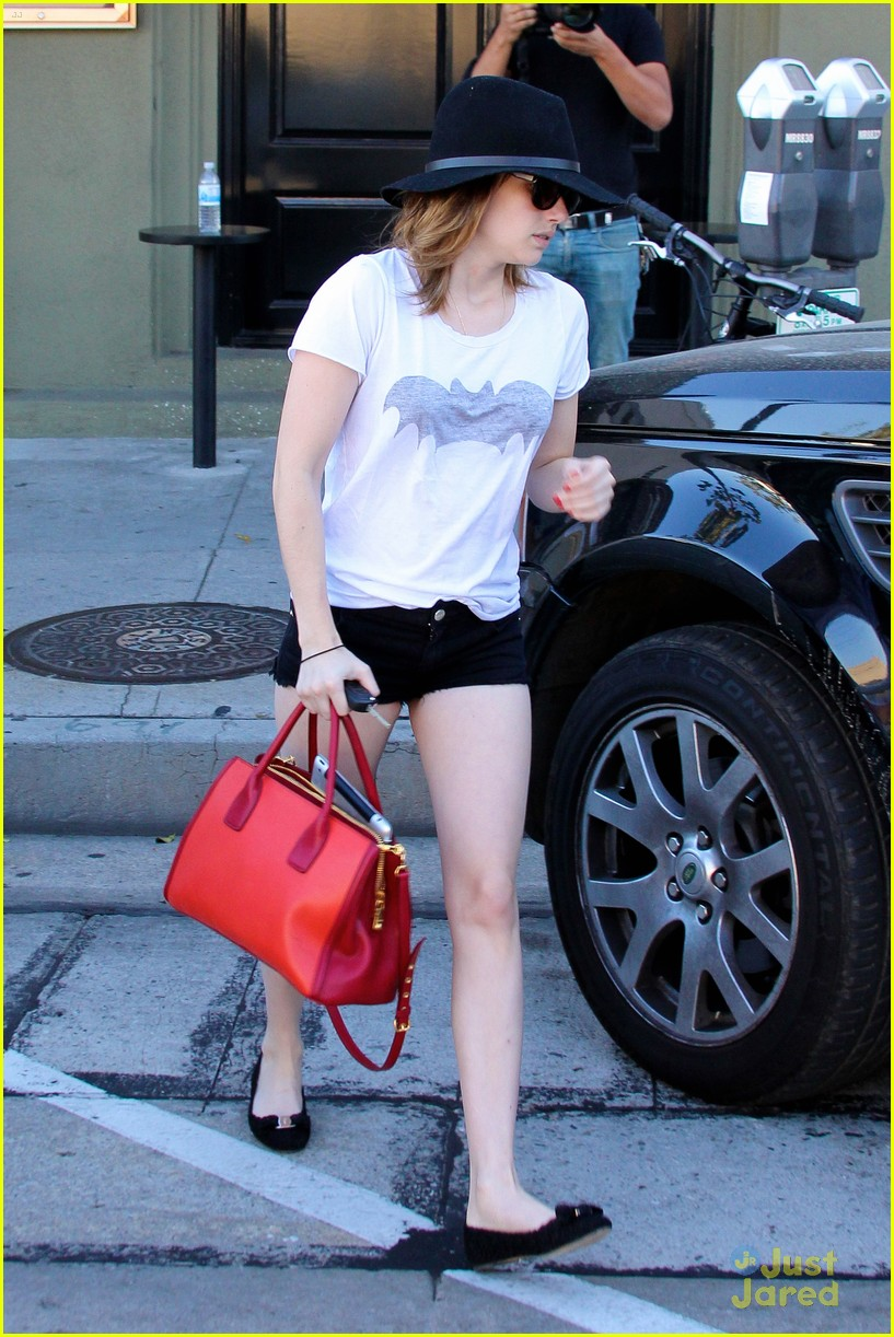 emma roberts digs red purse 10