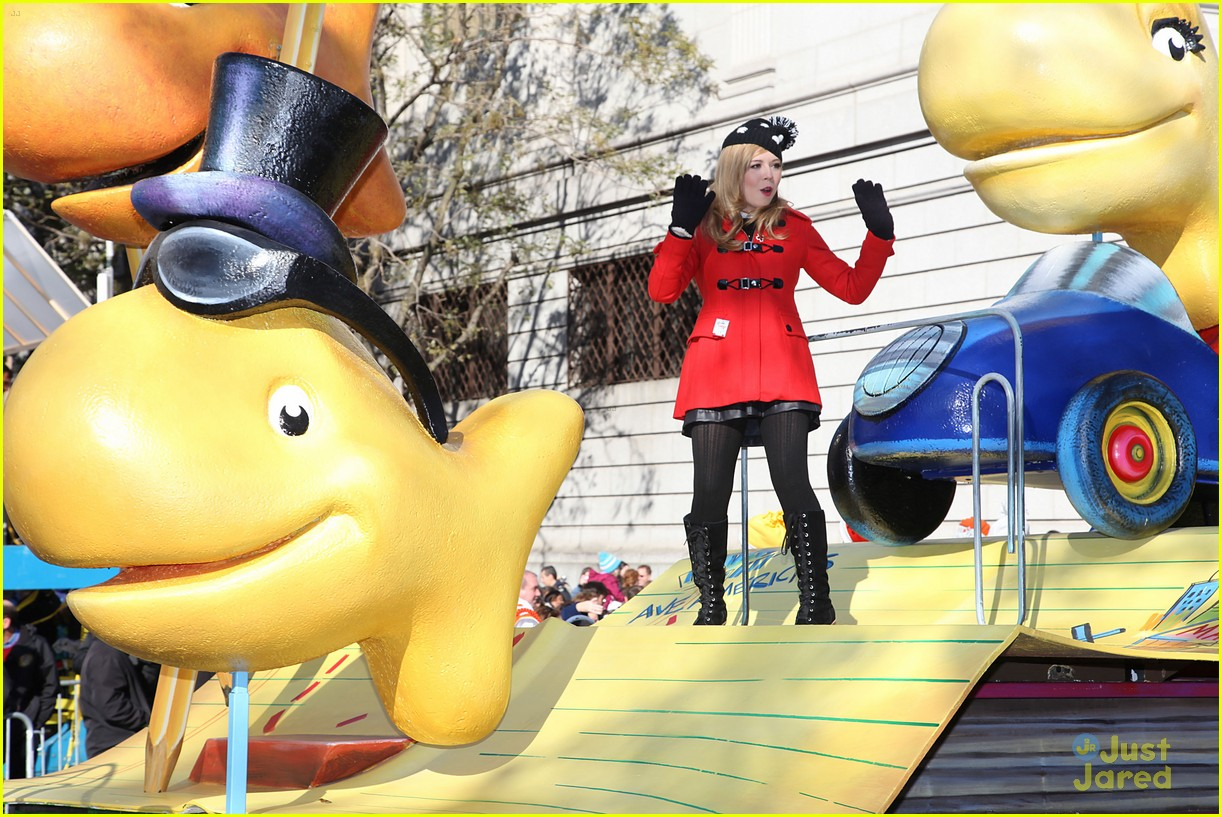 jennette mccurdy thanksgiving parade 01