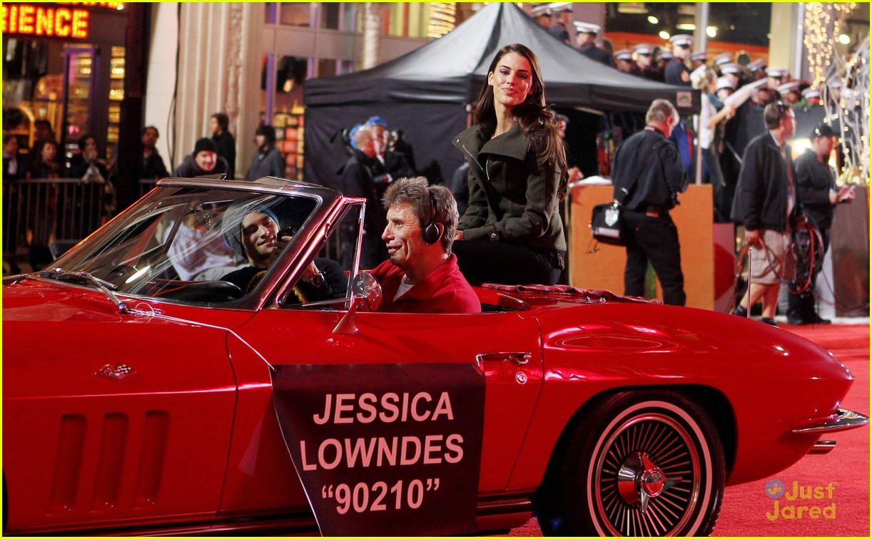 jessica lowndes hollywood christmas parade 02
