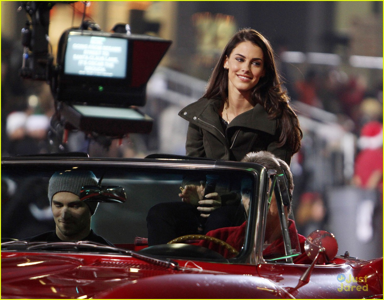 jessica lowndes hollywood christmas parade 05