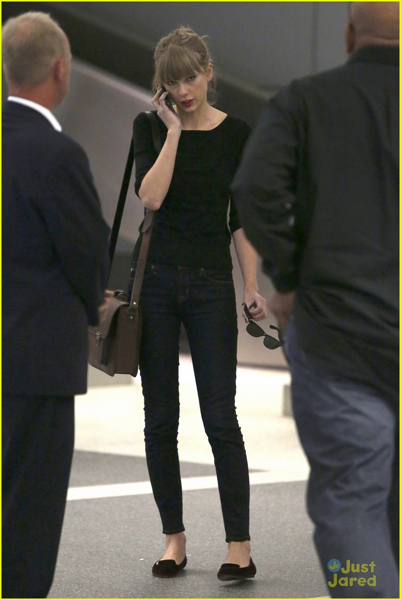 taylor swift lax landing 09