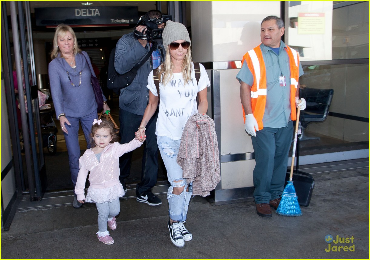 ashley tisdale lax mikayla hold hands 03