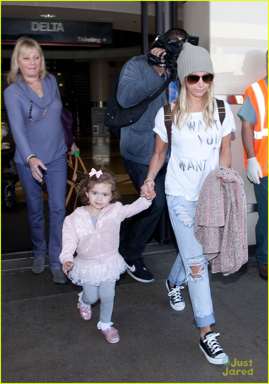 ashley tisdale lax mikayla hold hands 05