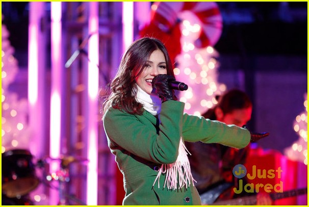 victoria justice rockfeller tree lighting 02