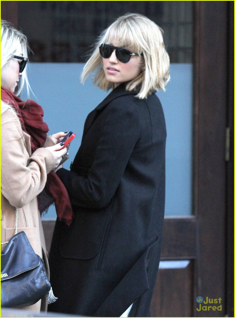 dianna agron wind hair shopping 01