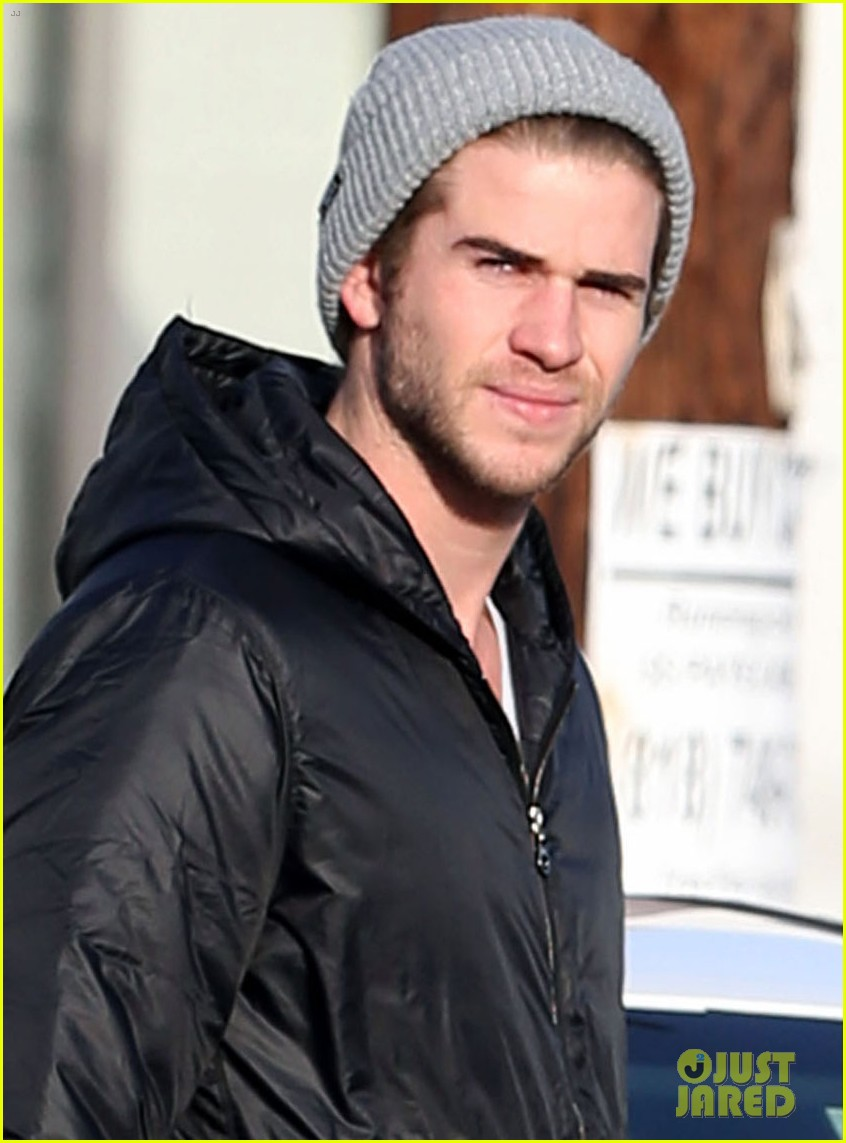 liam hemsworth shopping with mom dad 01