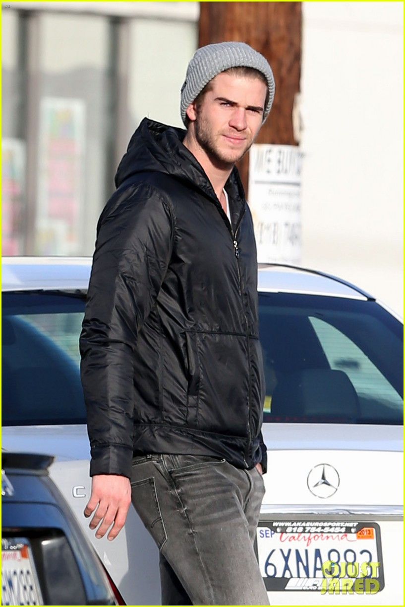 liam hemsworth shopping with mom dad 05
