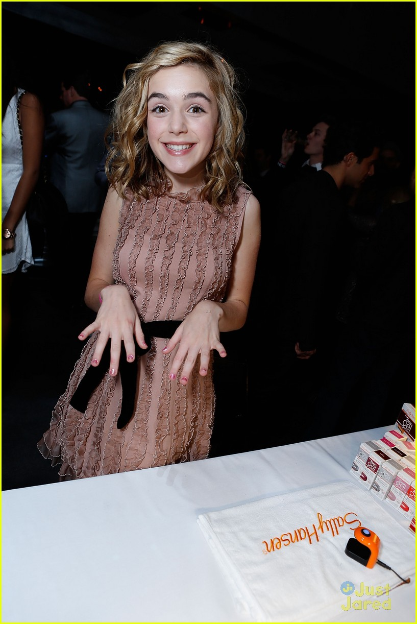 kiernan shipka hailee party 03