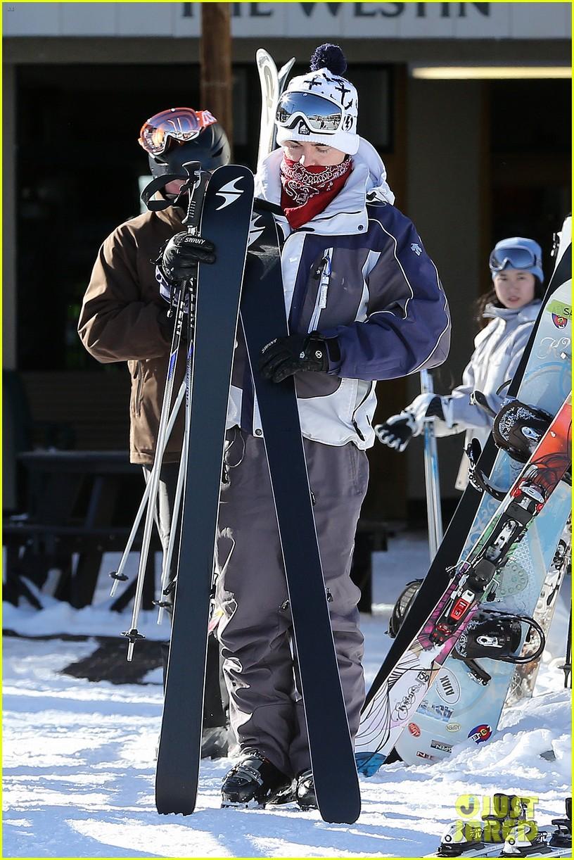 jesse mccartney hits the slopes 01