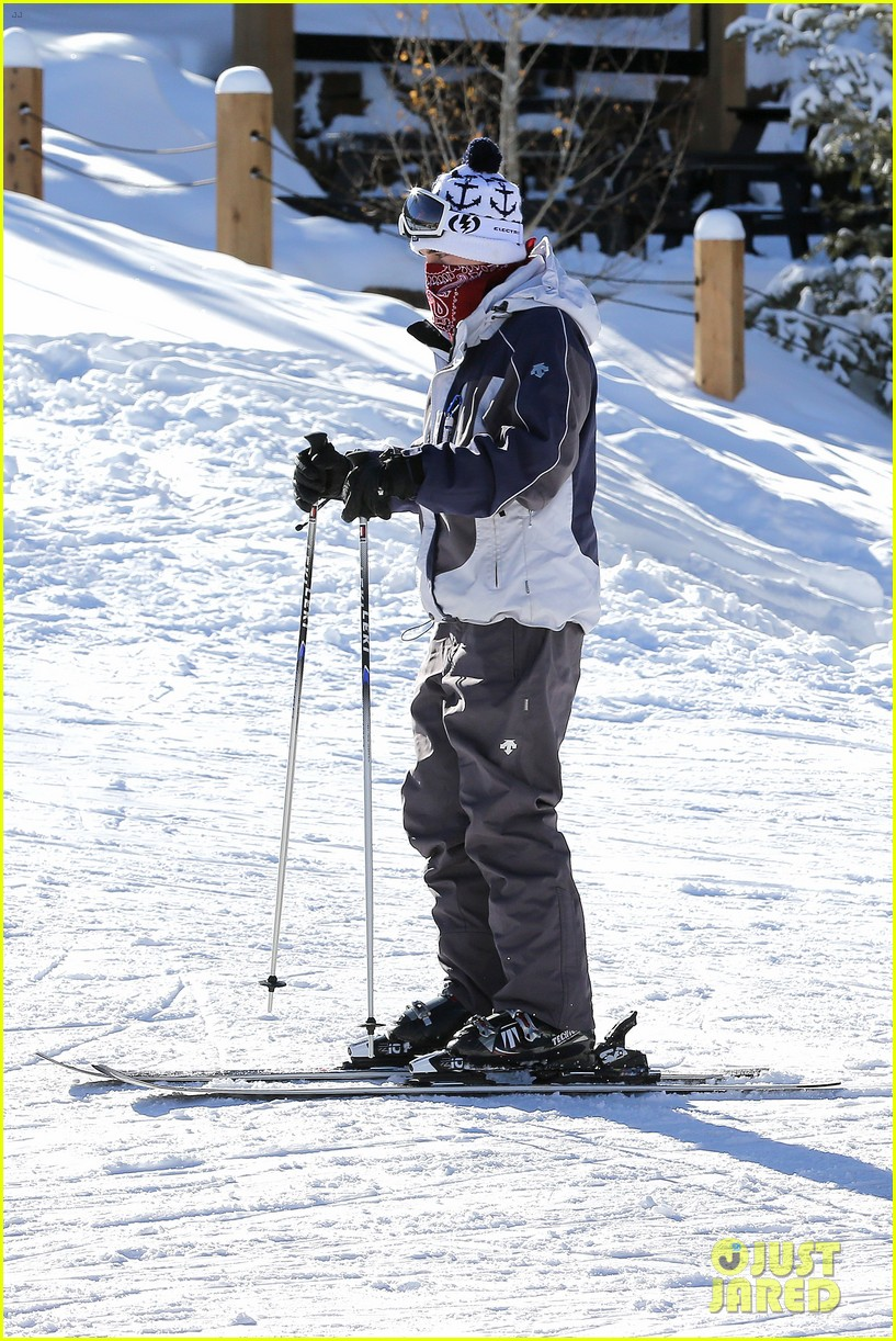 jesse mccartney hits the slopes 04