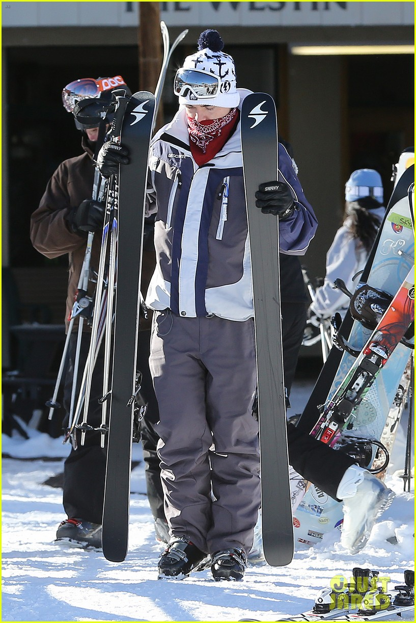 jesse mccartney hits the slopes 05