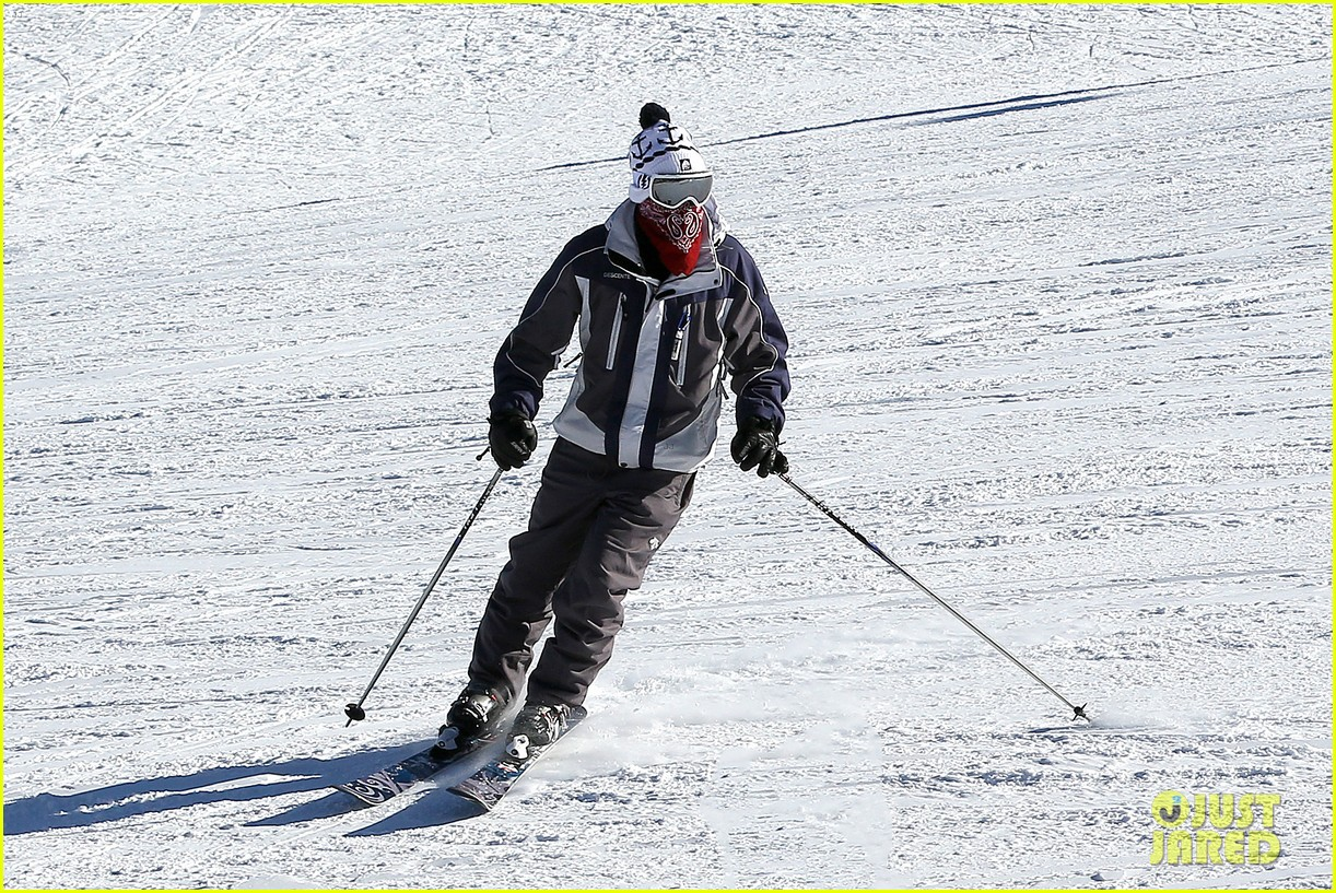 jesse mccartney hits the slopes 16