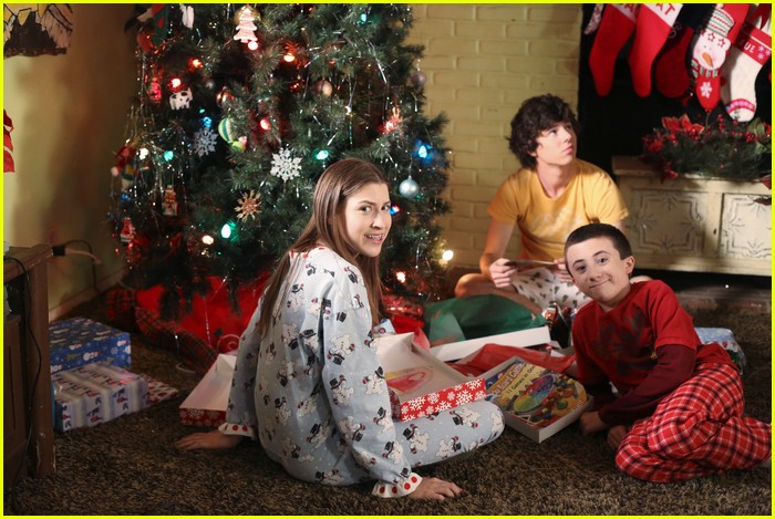 middle christmas help stills 01