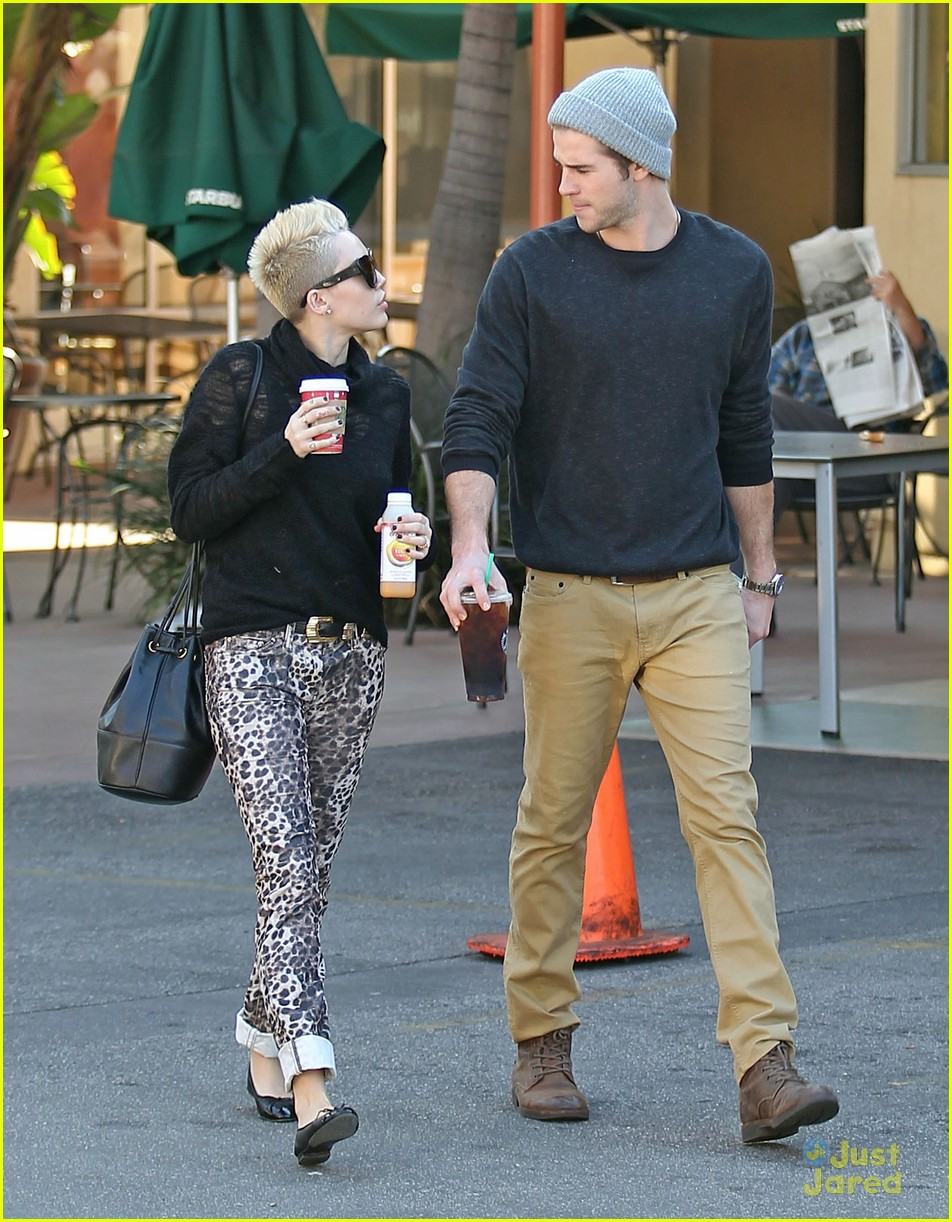 miley cyrus liam hemsworth holding hands at starbucks 05