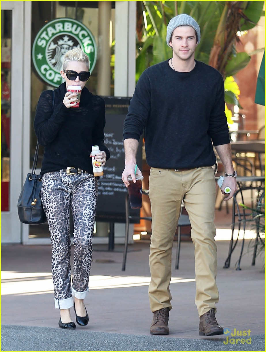 miley cyrus liam hemsworth holding hands at starbucks 08