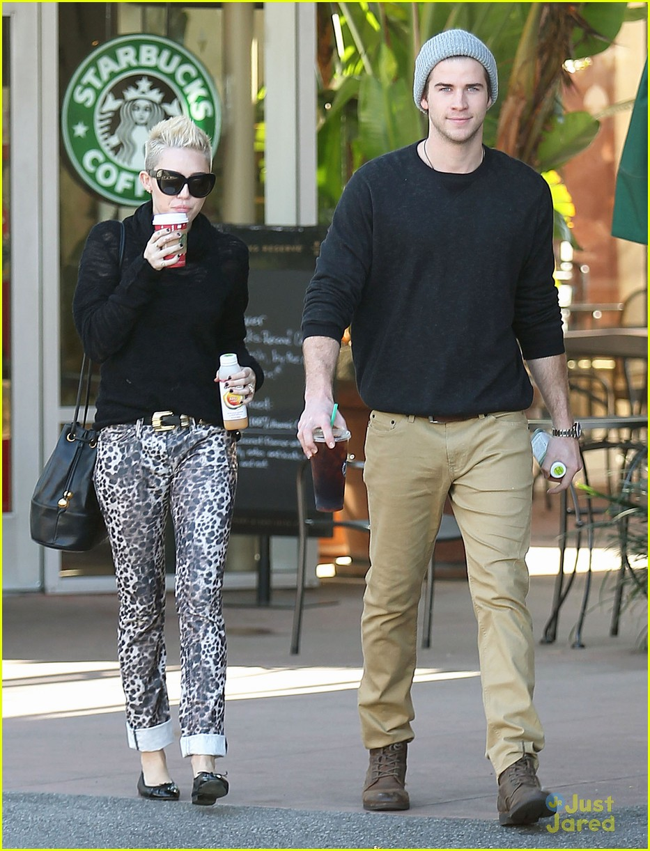 miley cyrus liam hemsworth holding hands at starbucks 09