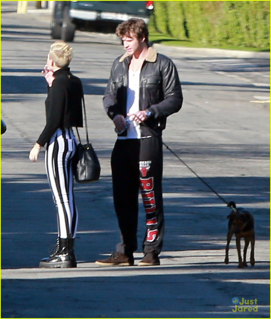 miley cyrus liam hemsworth post christmas family gathering 14