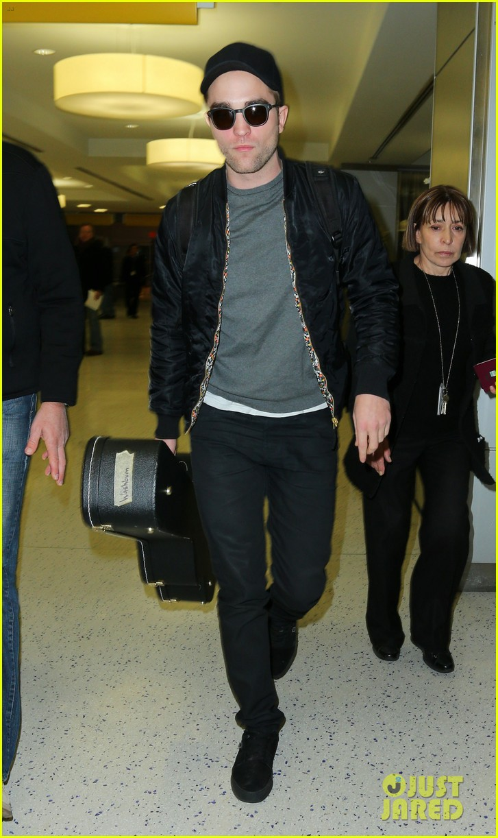 robert pattinson guitar arrival at jfk airport 03