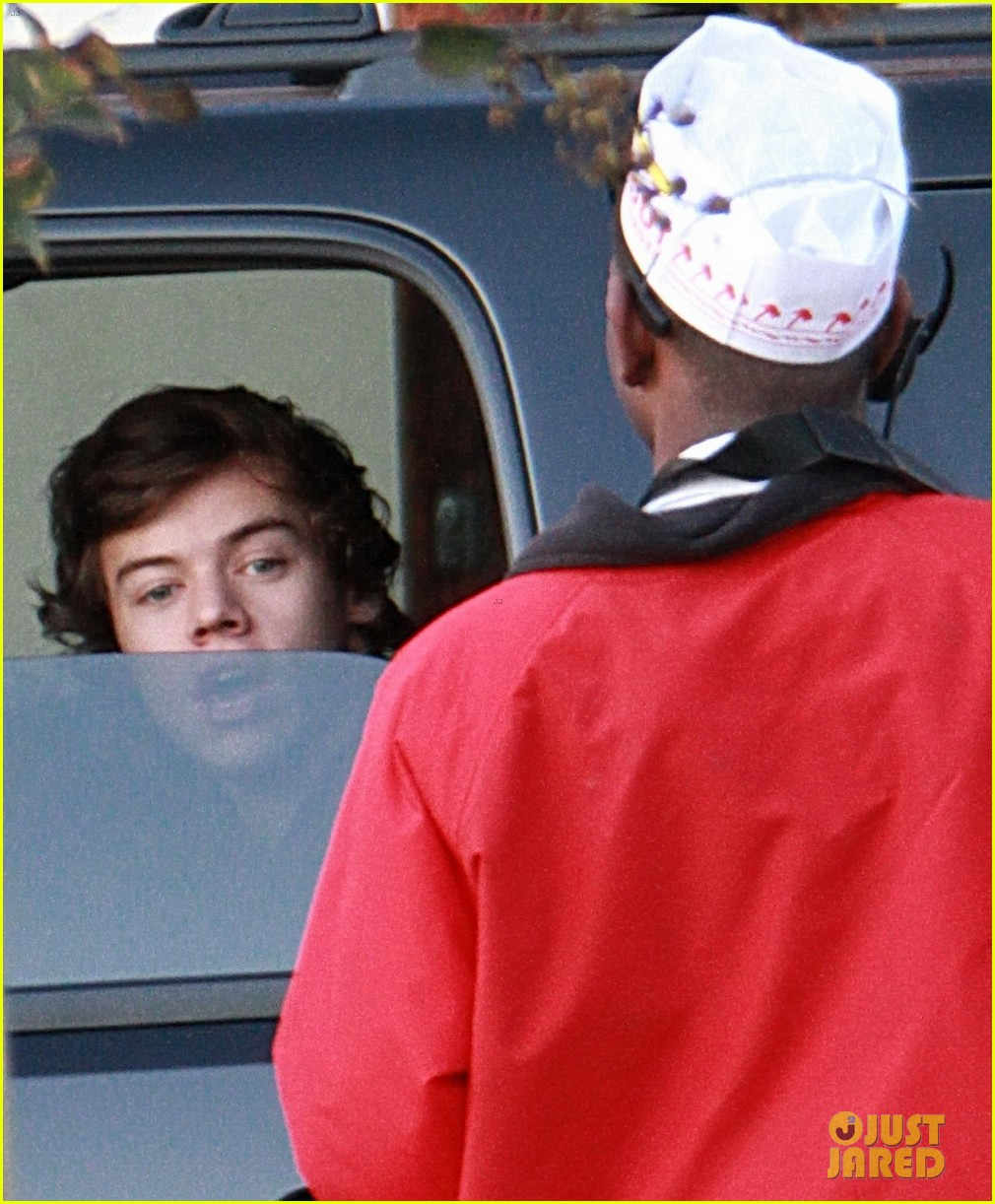 harry styles in n out drive thru 02