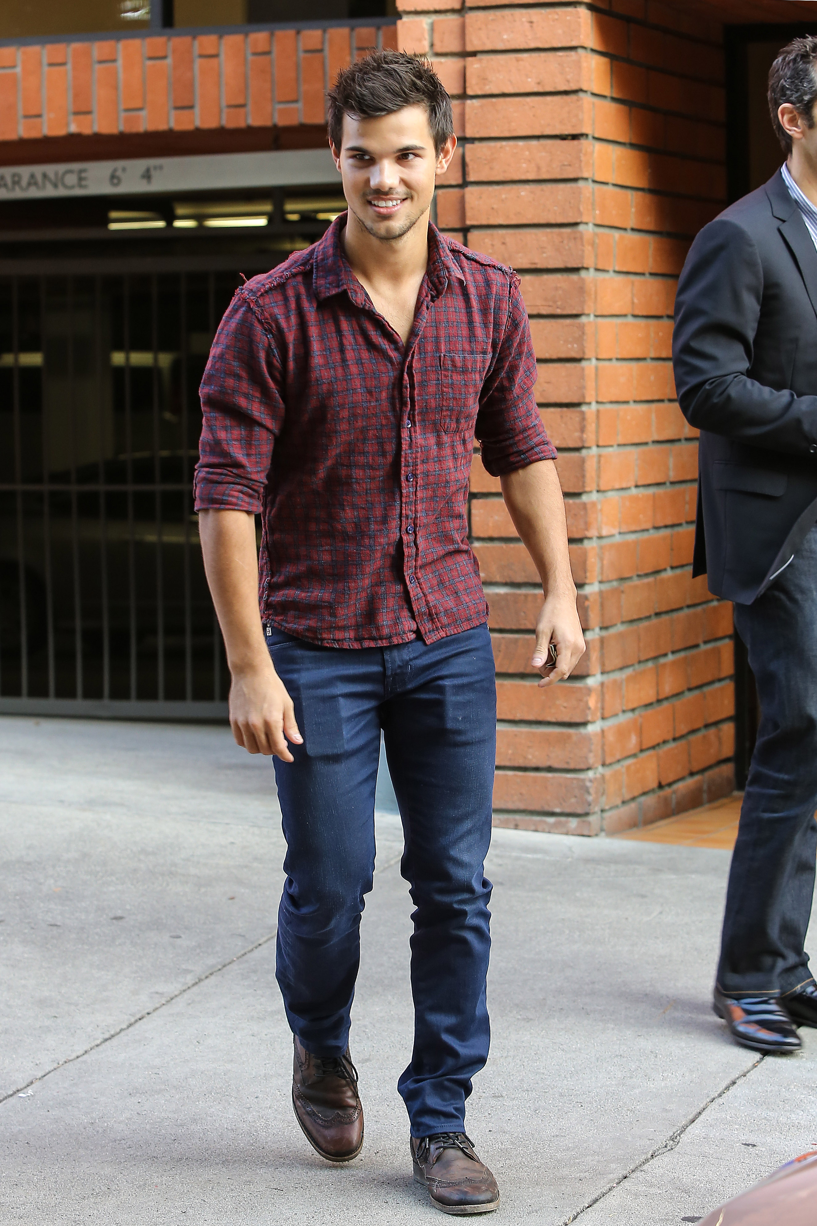 taylor lautner lunch toscana 06