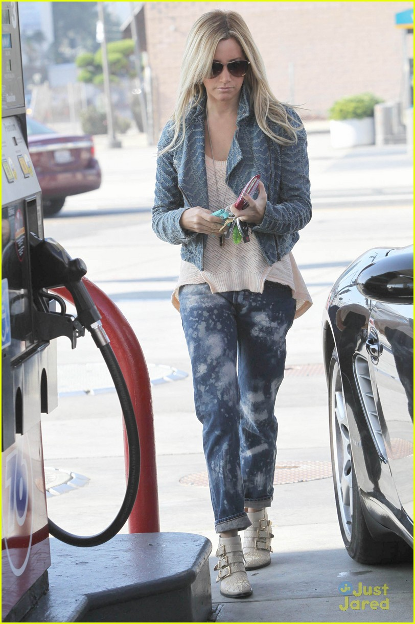 ashley tisdale gas station stop 05