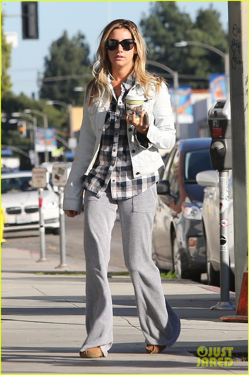 ashley tisdale holiday shopping with mom 03