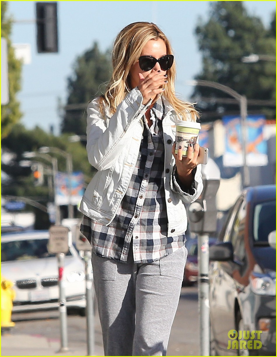 ashley tisdale holiday shopping with mom 05