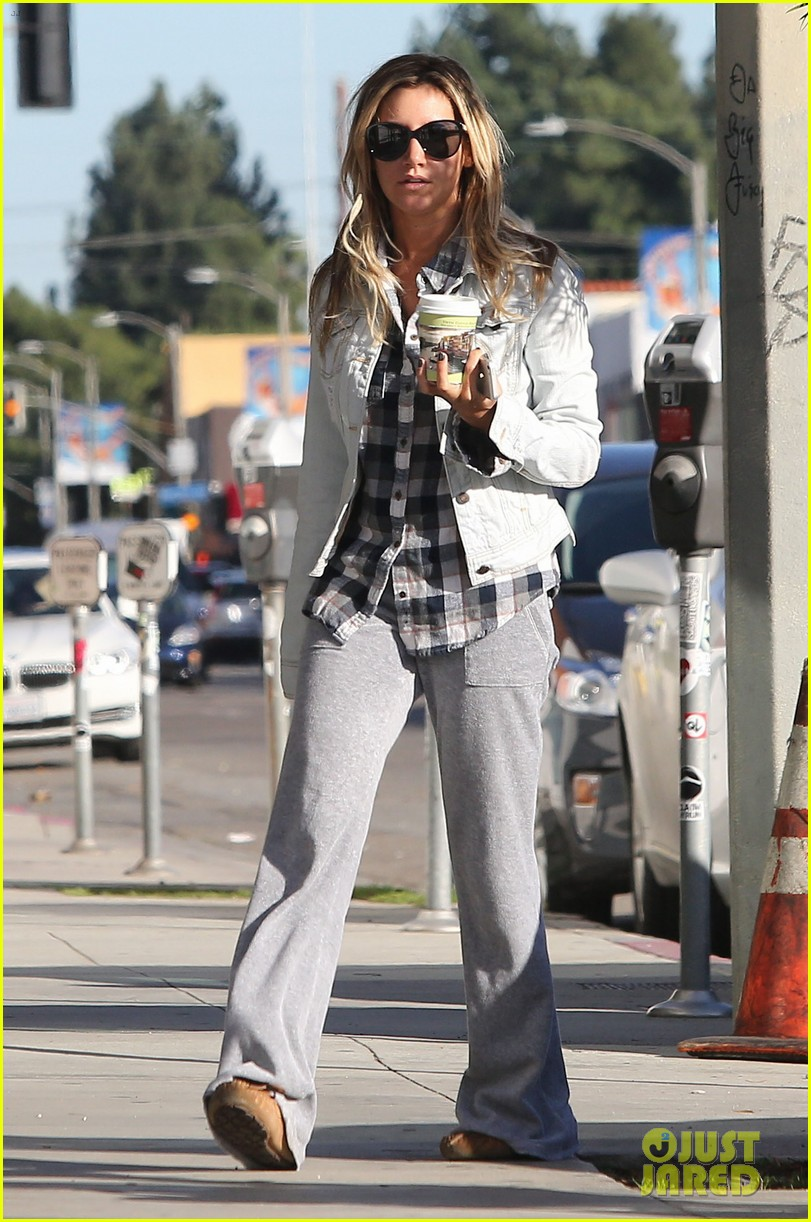 ashley tisdale holiday shopping with mom 07