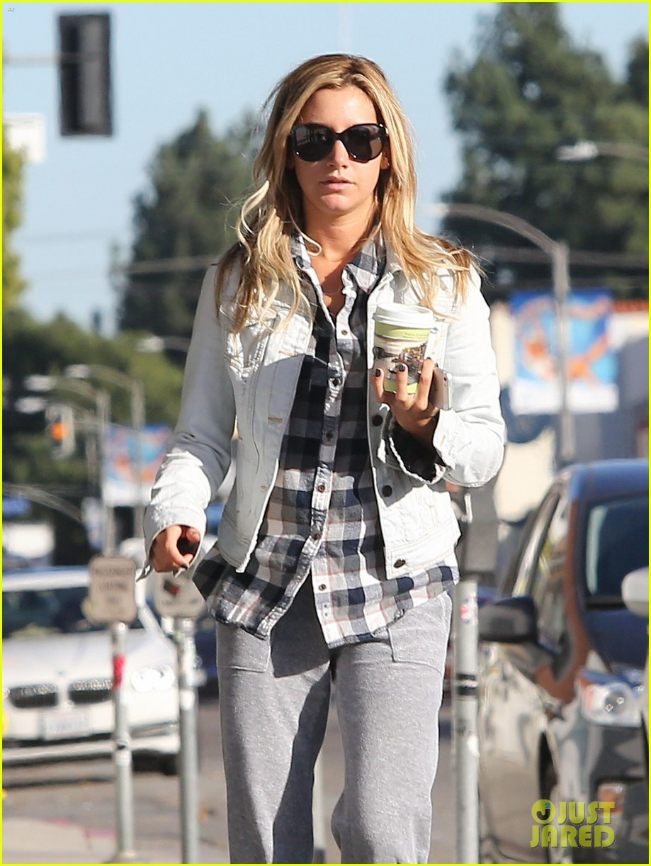 ashley tisdale holiday shopping with mom 08